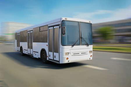 weiße Stadt Bus fährt entlang Straße