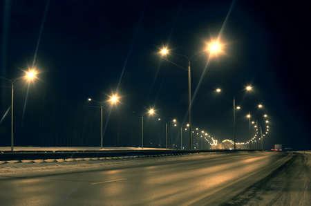 Зимой трассе ночью освещенные лампами