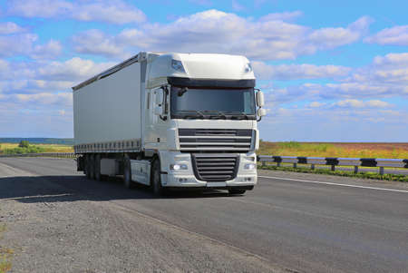大きな白いトラックは高速道路に行く 写真素材