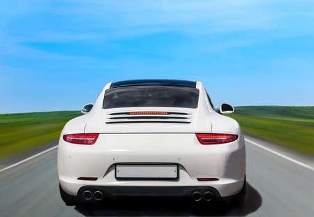 witte luxe auto de rug op land shosse