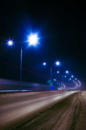 winter snelweg 's nachts scheen met lampen Stockfoto