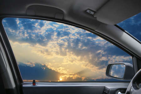 Hemelse landschap achter autoruit Stockfoto