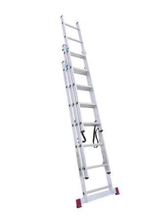 Fondo blanco aislado de aluminio de metal escalera de mano