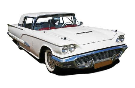 grote witte oude Amerikaanse auto wordt geïsoleerd
