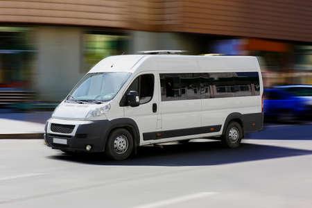 witte minibus gaat op de stad straat Stockfoto