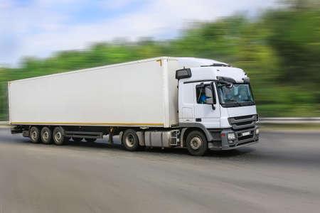 gran camión blanco va en la carretera