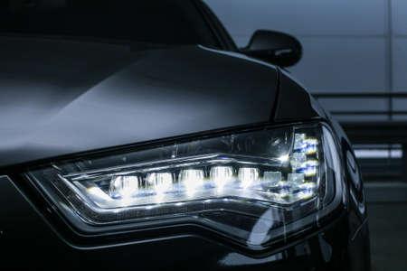 koplamp van moderne prestigieuze auto dichten