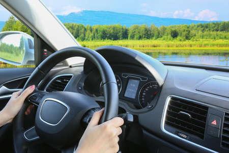 prachtige landschap met de rivier en de bergen vanuit het raam van de rijdende auto Stockfoto