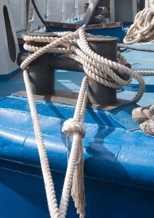seguridad industrial: cuerda de amarre del barco azul de cerca Foto de archivo