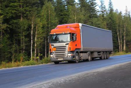 grote vrachtwagen beweegt op landweg Stockfoto