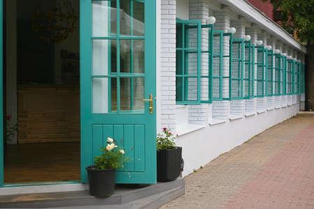 ventanas abiertas: pared de ladrillo blanco con ventanas abiertas Foto de archivo