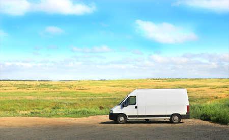 wit busje op de parkeerplaats tegen mooie landschap Stockfoto