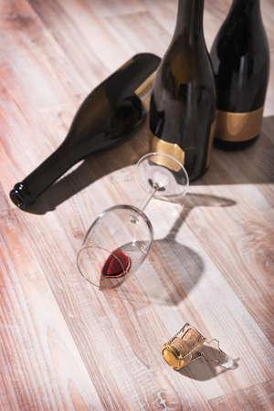 botellas vacias: botellas con tapón de vino tinto y una copa de vino vacía Foto de archivo