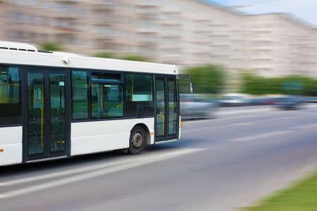 witte stad bus gaat langs de straat