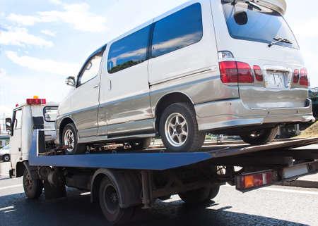 道路上のヘルプ輸送 miniveins が壊れてレッカー車