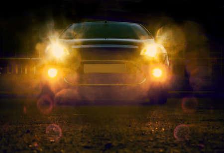 luces del coche moderno en la noche en la ciudad Foto de archivo