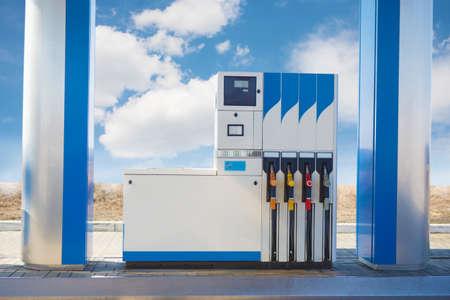 estacion de gasolina: estación de gasolina del coche de cerca contra el cielo