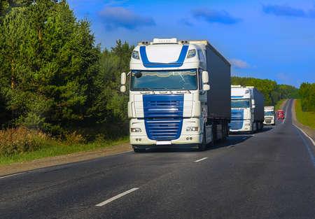 escort vrachtwagens beweegt op het land snelweg Stockfoto