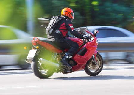 Motorfiets beweegt op de stadsweg Stockfoto