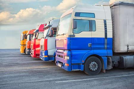 aantal grote veelkleurige trailers op de weg
