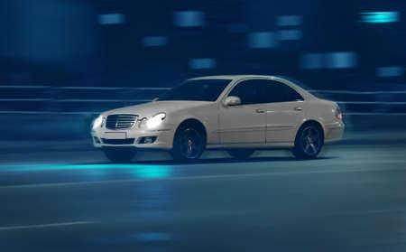 moderne auto's gaan op de nacht stad