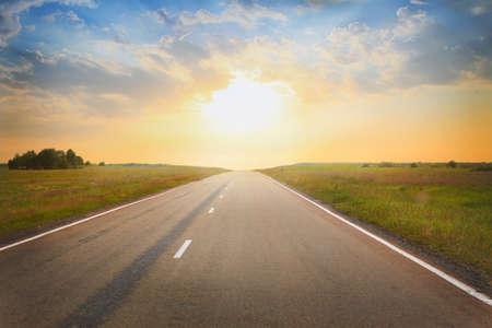 horizonte: hermosa puesta de sol sobre la carretera del país Foto de archivo