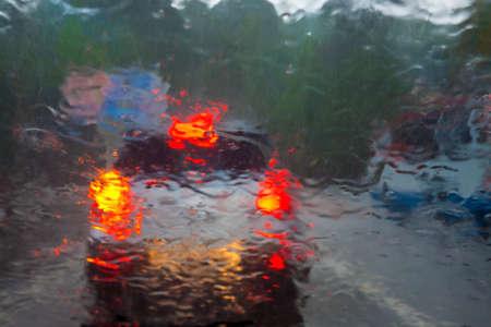 raining: fuertes lluvias en la ciudad detrás de un parabrisas de un automóvil Foto de archivo