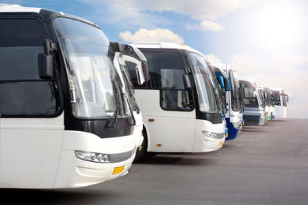 grandes autobuses turísticos en el estacionamiento Foto de archivo