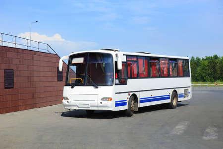 weißen touristischen Bus an der Station auf einem Parkplatz