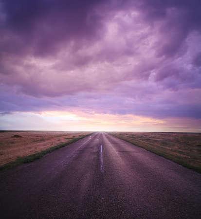 prachtige zonsondergang in bewolkte hemel over de weg