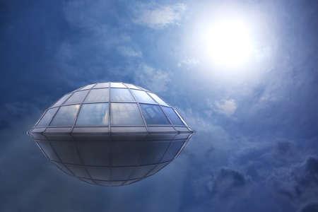 UFO vuela en el cielo nublado al sol Foto de archivo