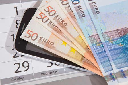 banconote euro: banconote in euro del calendario del primo piano del telefono