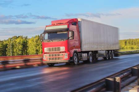 gros camion passe sur l'autoroute