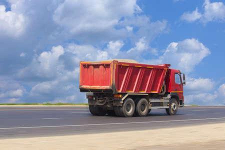 volteo: camión volquete grande va en la carretera Foto de archivo