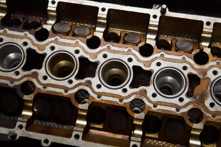 injection valve: cover of block of petrol engine with cam-shafts