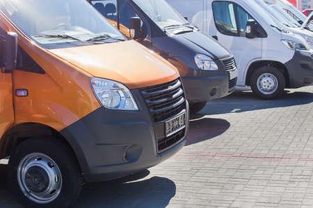 aantal nieuwe minibussen en bestelwagens buiten Stockfoto