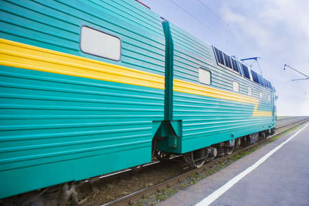 мощный локомотив движется по железной дороге Фото со стока - 61629779
