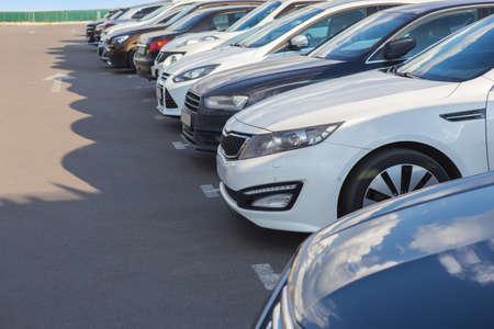 Liczba samochodów na zewnątrz w parkingu Zdjęcie Seryjne