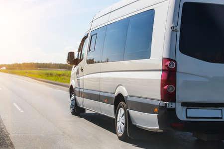minibus gaat op de snelweg van het land langs het bos Stockfoto