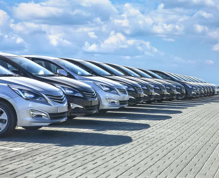 Cars For Sale Stock Lot Row. Car Dealer Inventory Banco de Imagens