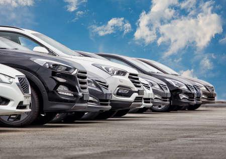 Autos für Verkauf Stock Lot Row. Auto-Händler-Inventar Standard-Bild - 76880257