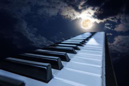 pianosleutels in maanlicht bewolkte nacht