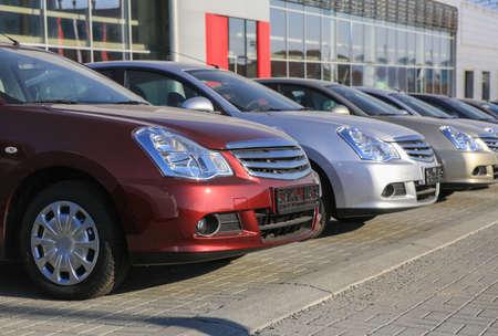 Cars For Sale Stock Lot Row. Car Dealer Inventory Foto de archivo