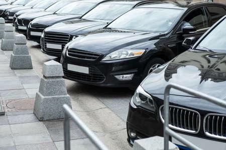 aantal auto's aan de buitenkant op de parkeerplaats
