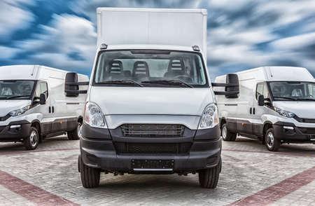 輸送トラックとミニバン貨物配送