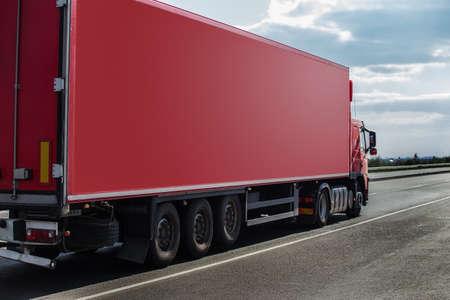 Grote krachtige vrachtwagen beweegt op de snelweg Stockfoto