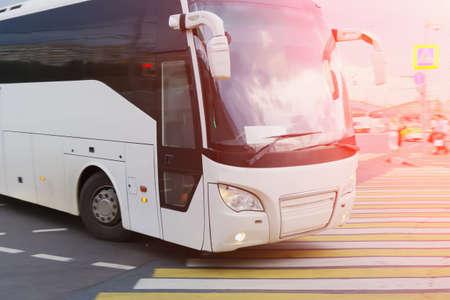 bus touristique à l & # 39 ; intersection de la ville