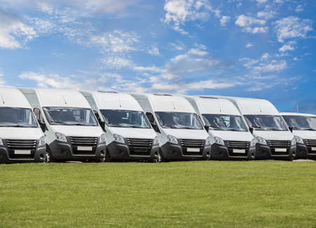 número de minibuses y furgonetas blancos nuevos en el exterior