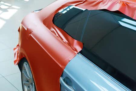 incollaggio del primo piano in plastica carbonica auto