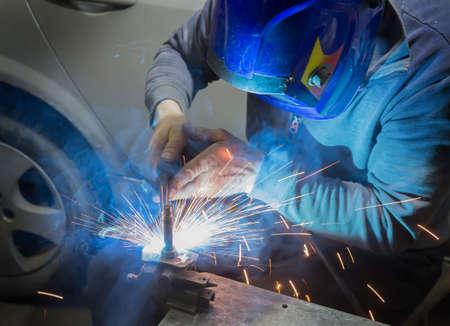 welder in mask welds metal details Imagens